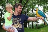 děti se fotí s papouškem
