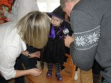Představení masek na dětském maškarním karnevalu - čarodějka