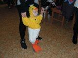Představení masek na dětském maškarním karnevalu - kuřátko