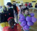 děti převlečené v maškarních kostýmech - hroznové víno