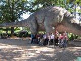 účastníci zájezdu u dinosaura