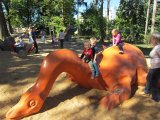 děti na dinosauru