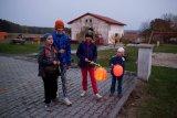děti s lucernami