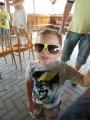 chlapec se slunečními brýlemi