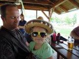 dívka s kloboukem a slunečními brýlemi