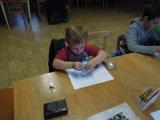 děti tvoří obrázky, které se pak lepí na sklo
