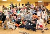 společná fotografie účastníků maškarního pro dospělé na téma - práce a řemesla