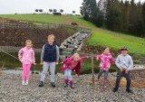 děti u rybníčka
