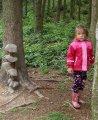 děti v lese u dřevěné houby