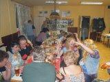 lidé sedící a bavící se u stolu