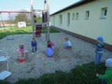 děti hrající si na hřišti