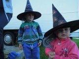 děti v čarodějnických kloboucích