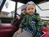 děti v traktoru
